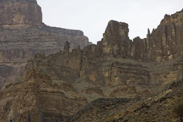 Wall along Wadi Nakhr from which rises the Grand Canyon | Jebel Shams Grand Canyon | Oman