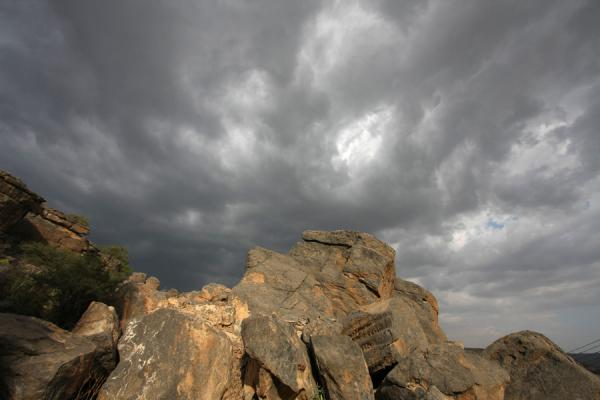 Foto van Rocks and dark sky over MisfatJabrin Kasteel - Oman