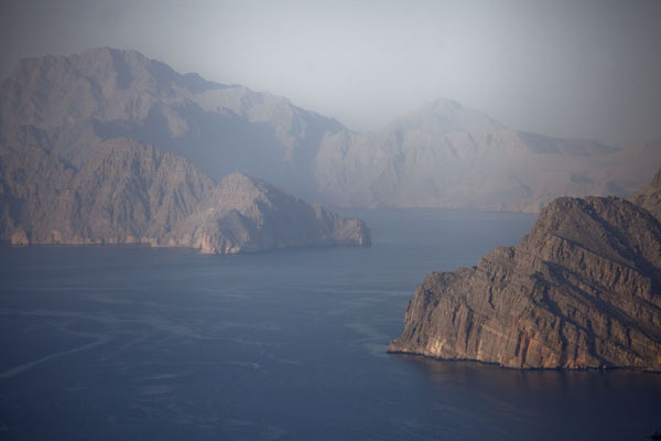 Photo de Looking to the far side of Khor Najd, an impressive fjord on Musandam peninsulaMusandam Peninsula - Oman