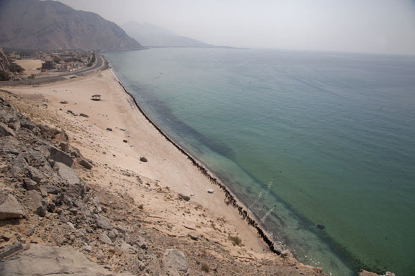 Foto van One of the beaches on the western coastline of Musdandam peninsula, with cormorants lining the beachMusandam Peninsula - Oman