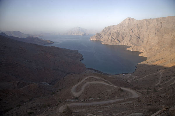 Foto di Looking down into the Khor Najd, one of the many fjords in the Musandam peninsulaMusandam Peninsula - Oman