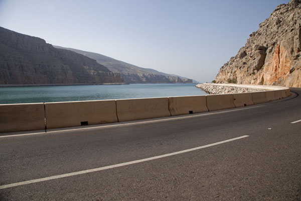 Foto di Road along one of the many fjords of the Musandam peninsulaMusandam Peninsula - Oman