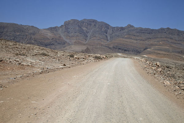 Foto di Gravel road with Jebel Harim in the backgroundMusandam Peninsula - Oman