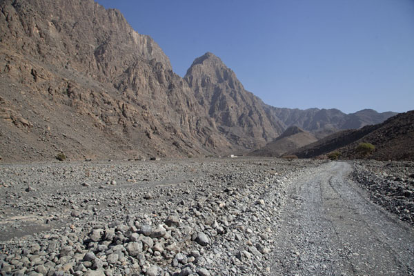 Foto van Gravel road in the Rawdah BowlMusandam Peninsula - Oman