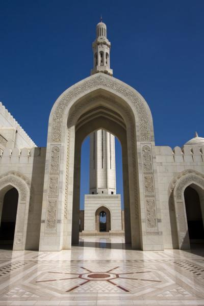 Huge arch and minaret of the Grand Mosque | Sultan Qaboos Grand Mosque | Oman