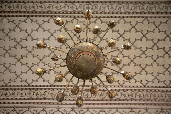 Foto van Chandelier and ceiling inside Badshahi Mosque - Pakistan - Azië