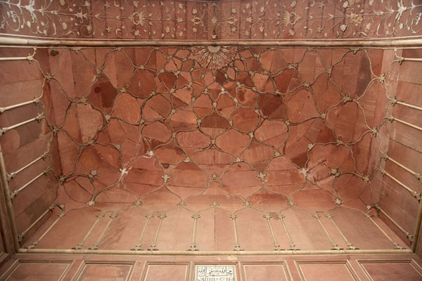 Looking up the red sandstone arch of Badshahi Mosqque | Badshahi moskee | Pakistan