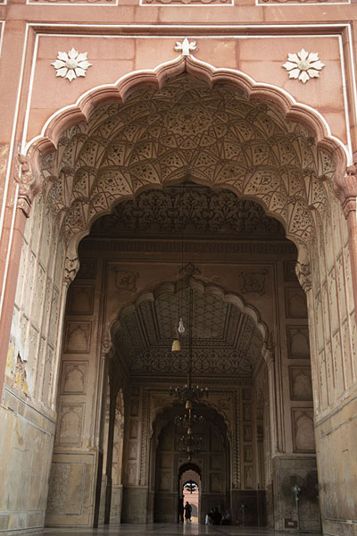Looking inside Badshahi Mosque through the main entrance gate to the prayer hall | Badshahi moskee | Pakistan