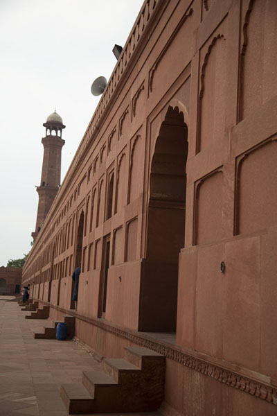 Sideview of the red sandstone wall surrounding the courtyard of Badshahi Mosque | Moschea di Badshahi | Pakistan