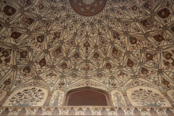 Close-up of decorated ceiling in Badshahi Mosque | Badshahi moskee | Pakistan