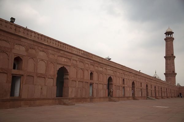 Red sandstone wall with minaret at Badshahi Mosque | Badshahi moskee | Pakistan