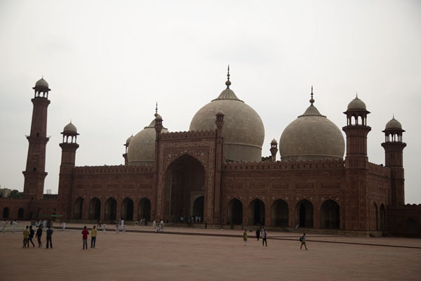 Looking across the enormous courtyard at Badshahi Mosque | Badshahi moskee | Pakistan
