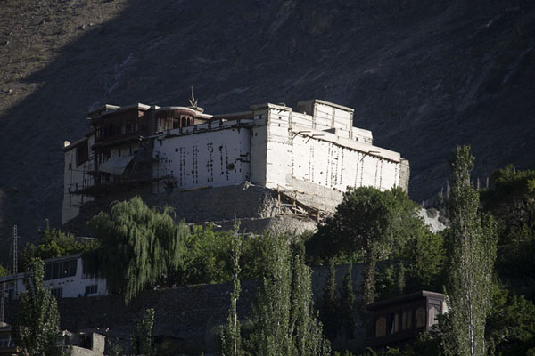 Photo de Baltit Fort towers high above Karimabad in the Hunza Valley - Pakistan - Asie