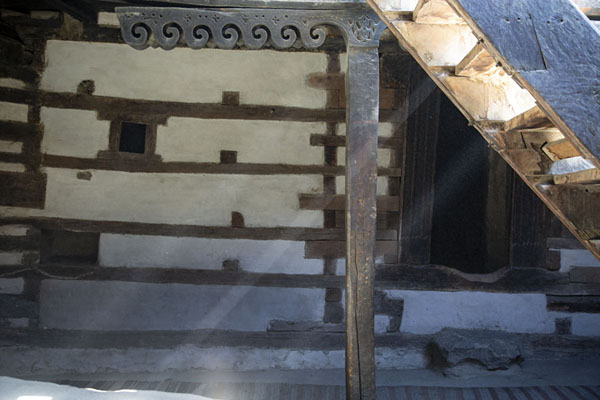Photo de Sunlight shining through a staircase in Baltit Fort with decorated wooden elements - Pakistan - Asie