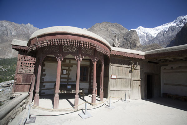Foto van Small building on the roof of Baltit Fort with the throne of the ruler, and the majestic mountains in the background - Pakistan - Azië