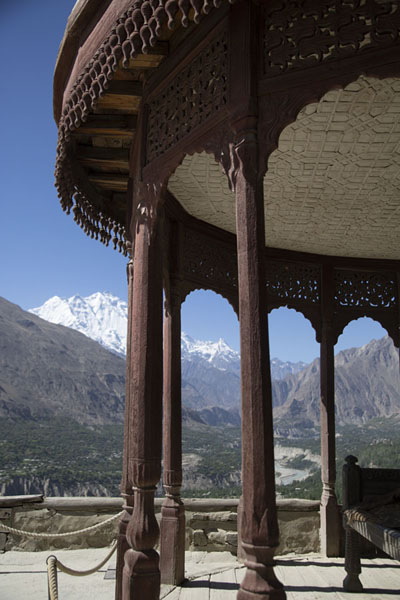 The throne of the ruler is set under this roof, with spectacular views of the Hunza valley | Forteresse de Baltit | Pakistan