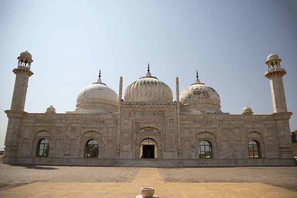 Abbasi Mosque, modeled on Moti Masjid in the Red Fort of Delhi | Fortaleza de Derawar | Pakistan