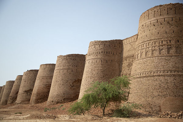 Row of bastions on the south side of Derawar Fort | Fortaleza de Derawar | Pakistan
