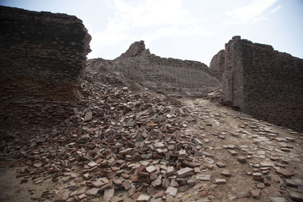 Rubble on one of the bastions of Derawar Fort | Fortaleza de Derawar | Pakistan