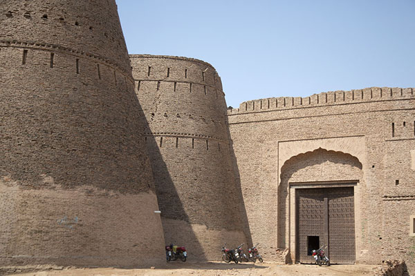 Two massive bastions and the entrance gate to Derawar Fort | Forteresse de Derawar | Pakistan