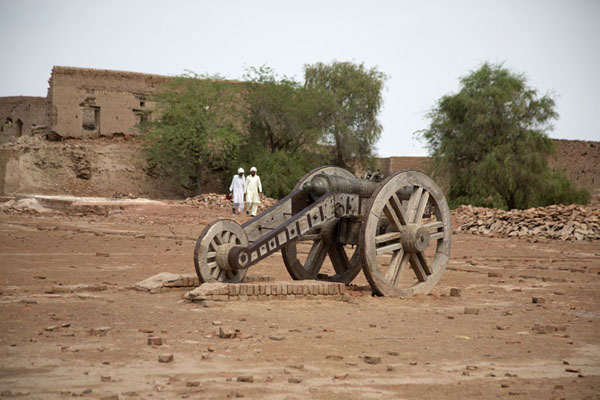 Photo de Cannon on the inside of Derawar Fort - Pakistan - Asie