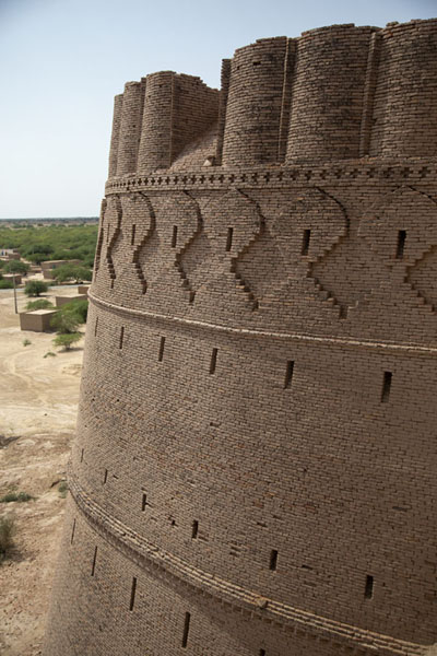 Foto de One of the forty bastions of Derawar Fort with decorative elements - Pakistan - Asia