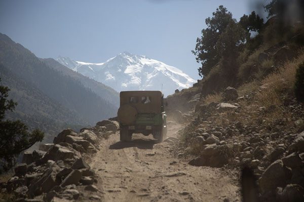 Jeep driving up the track with Nanga Parbat in the distance | Fairy Meadows rit | Pakistan