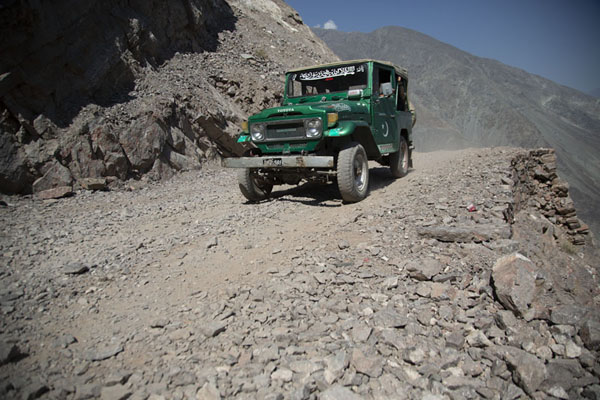 Foto van One of the jeeps on the mountain track to Fairy Meadows - Pakistan - Azië