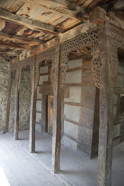 Foto de Old mosque in Ganish with decorated wooden columns and walls - Pakistan - Asia