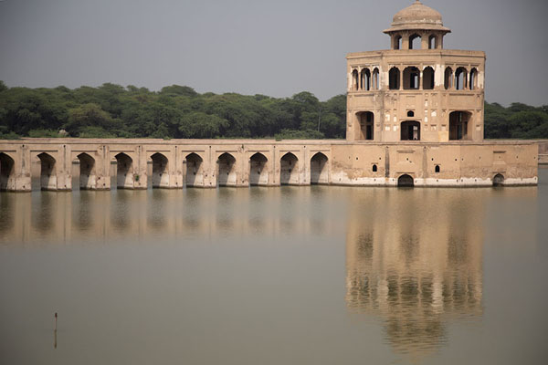 Photo de Reflection of arched causeway and Baradari, or pavilion, in the pond of Hiran Minar - Pakistan - Asie