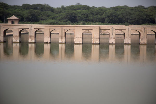 Foto de Arched causeway reflected in the pondSheikhupura - Pakistan