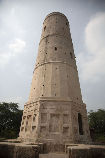 The early-17th century minaret of Hiran Minar, erected over the tomb of the emperor's pet antelope | Hiran Minar | Pakistan
