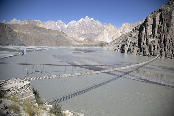 Afternoon view of Hussaini suspension bridge with Hunza river and the Passu cones in the distance | Puente colgado de Hussaini | Pakistan
