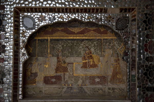 Foto de Detailed view of a scene depicted on a wall in Sheesh Mahal, or Mirror PalaceLahore - Pakistan