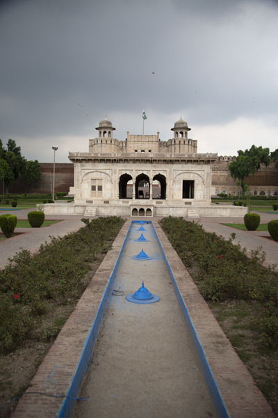 Foto van Looking across Hazuri Bagh with Alamgiri Gate in the backgroundLahore - Pakistan