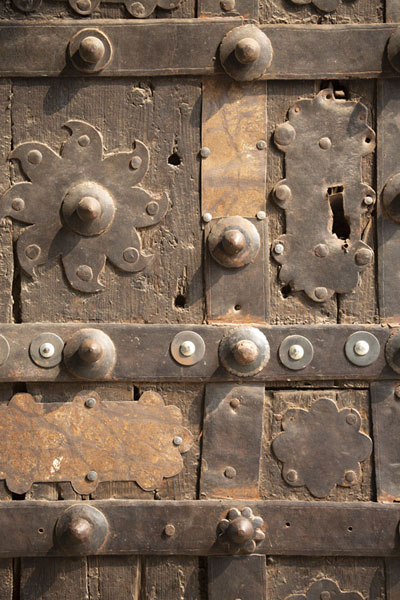 Foto van Close-up of enormous wooden door in Elephant Gate, the northwestern entrance to Lahore FortLahore - Pakistan