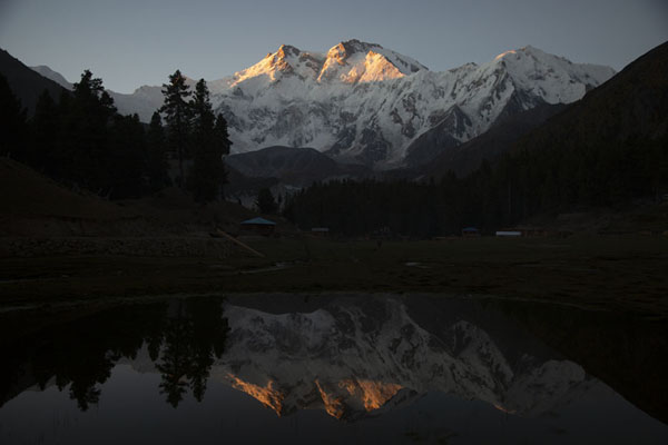 Foto de Nanga Parbat sunrise reflected in a pond - Pakistan - Asia