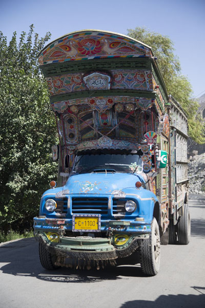 Truck with high decorated panel above its cabin in the Hunza region | Décorations sur les camions pakistanis | Pakistan