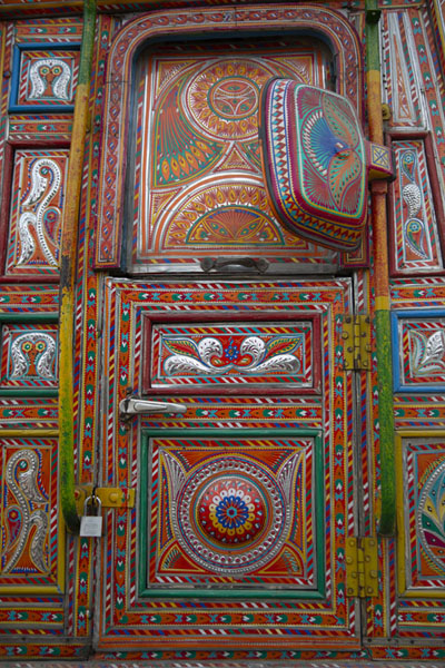 Door to truck cabin fully covered in decorations | Pakistaanse vrachtwagen versieringen | Pakistan