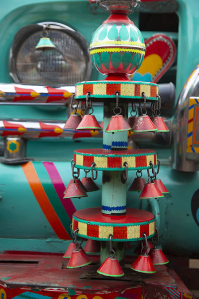 Close-up of the front light of a truck with decorations | Decoraciones en los camiones pakistanís | Pakistan