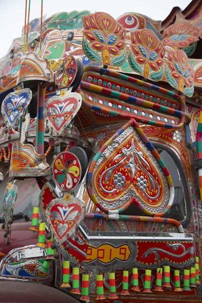 The side of the cabin of a truck in Peshawar | Decorazioni sui camion pakistani | Pakistan