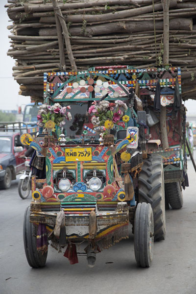 Foto van Tractor full of colourful decorations in the streets of Peshawar - Pakistan - Azië