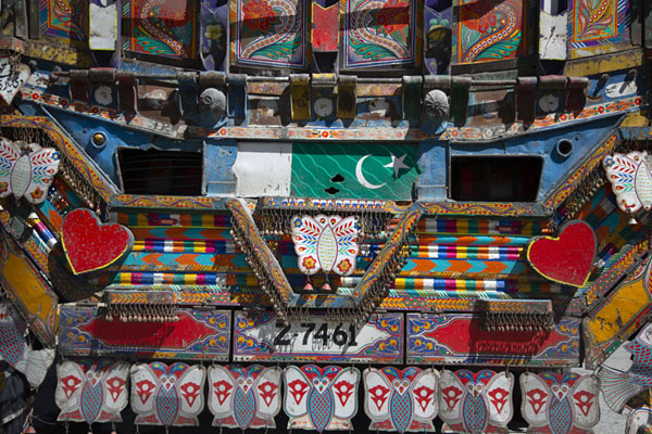 Detailed view of the lower backside of a Pakistani truck | Décorations sur les camions pakistanis | Pakistan