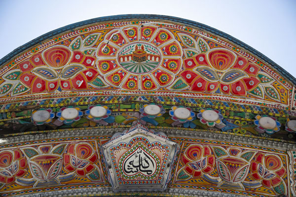 Close-up of a heavily decorated and colourful truck | Decoraciones en los camiones pakistanís | Pakistan