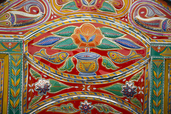 Close-up of a richly decorated part of a truck | Decoraciones en los camiones pakistanís | Pakistan