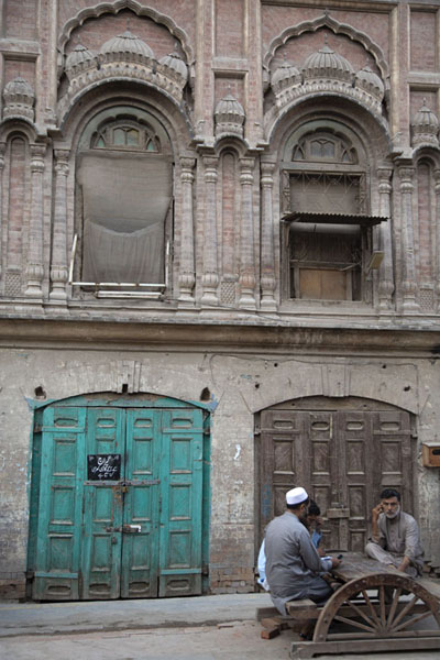 One of the attractive old buildings in the walled city of Peshawar with locals - 巴基斯坦 - 亚洲