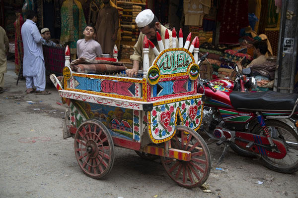 Foto van Selling kulfi in the streets of the walled city of PeshawarPesjawar - Pakistan