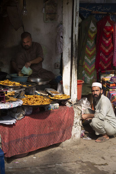 Foto van Shop selling chicken snacks in the walled city of Peshawar - Pakistan - Azië