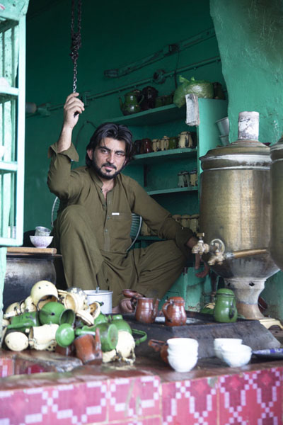 One of the many teamakers in the walled city of Peshawar | Pesjawar oude stad | Pakistan