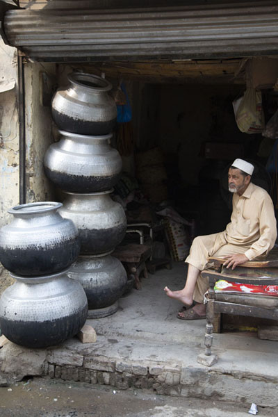 Man with large bowls in a shop in the walled city of Peshawar | Pesjawar oude stad | Pakistan